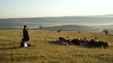"""""""Eu prefer sa trăiesc în pace și în liniște"""". Emilian Crețu povestește cum a reușit să depășească violența din copilărie"""