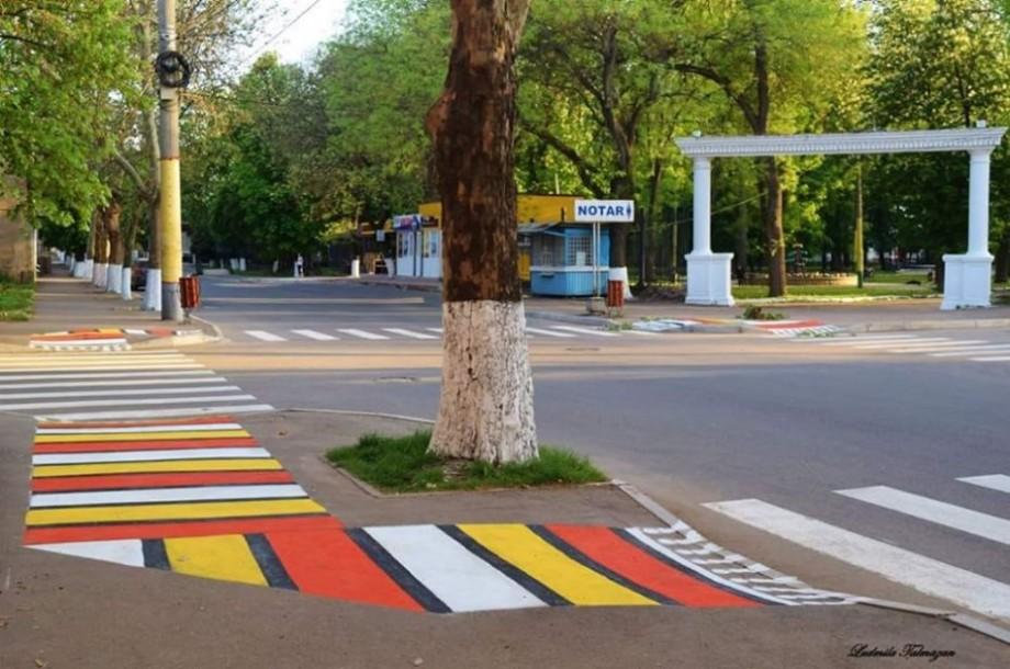 """(foto) Pe străzile din Soroca a apărut un """"covor tradițional"""" pe trotuar"""