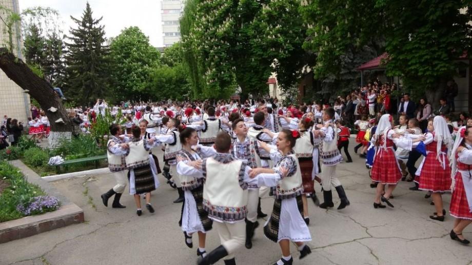 (foto, video) Peste 600 de dansatori din Moldova au participat la un flashmob cultural cu ocazia Zilei Dansului Popular