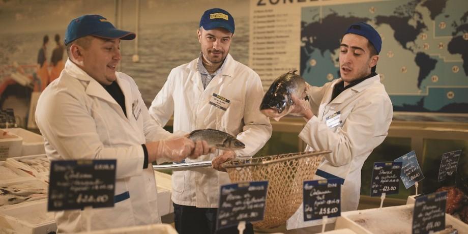 """(foto, video) Umor """"rumenit"""" la grătar și pește cu """"garnitură de glume"""". Comedy Zebra Show și bloggera Anna Smolnițchi – angajați METRO pentru o zi"""