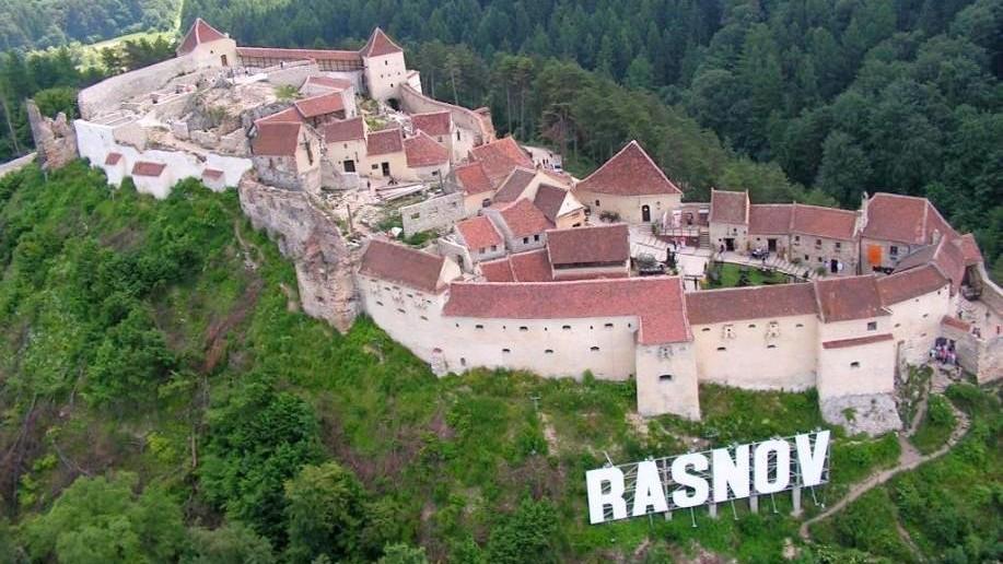 Cunoaște ambasadori, rectori, regizori și jurnaliști internaționali la Școala de Vară din Râșnov, România. Cum te înscrii