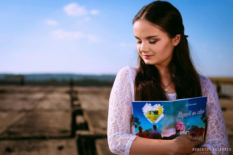 """(foto) Are 19 ani și 2 romane lansate. """"Nimic nu este imposibil dacă lupți, crezi și speri"""""""