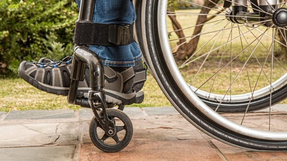 1050 de persoane cu dizabilități vor beneficia de cărucioare fotoliu noi