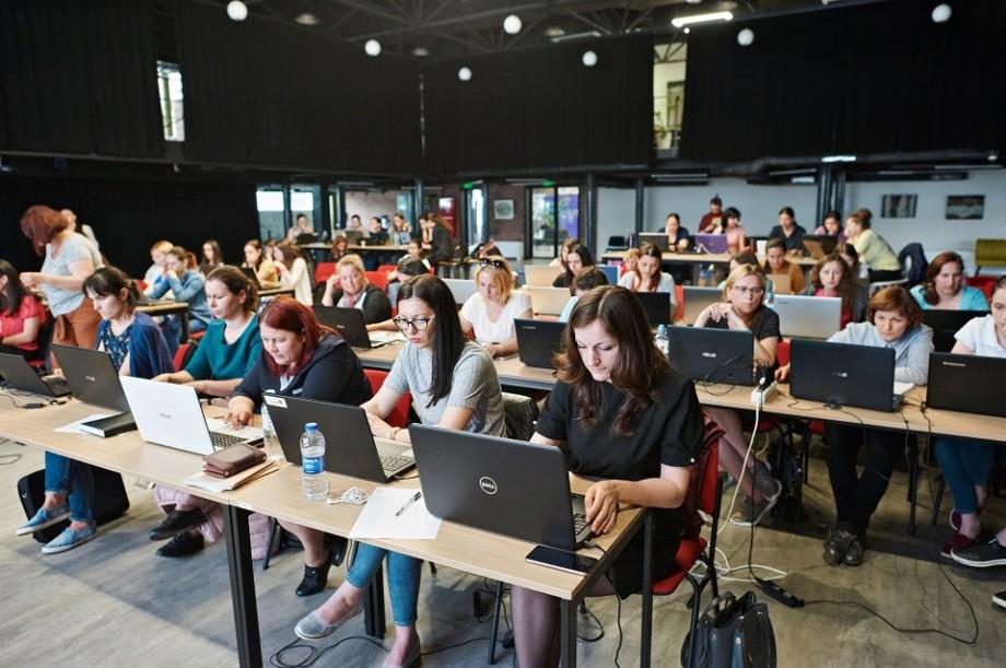 Au fost tentate de un job în domeniul IT. Află poveștile fetelor care studiază pentru a deveni Dezvoltatoare Front-End