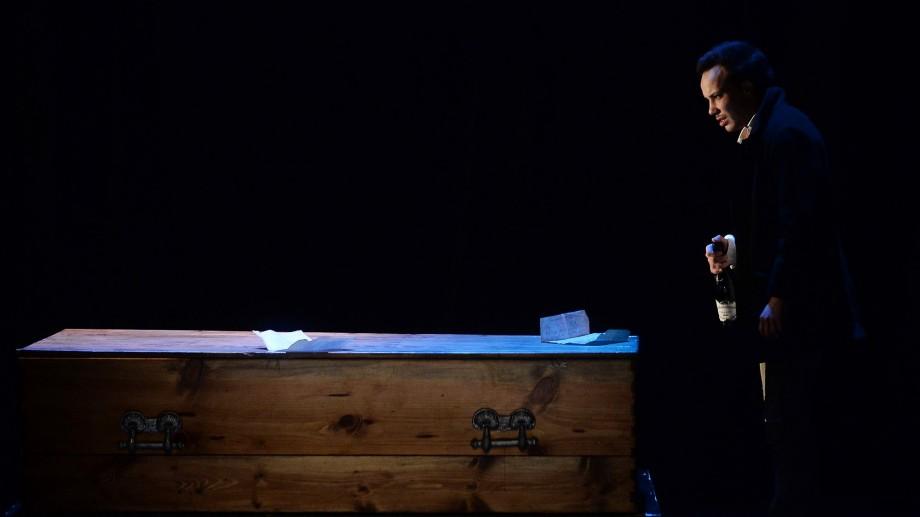 """Teatrul Alexei Mateevici te invită la premiera spectacolului """"Totul pe masă"""", după Charles Bukowski"""