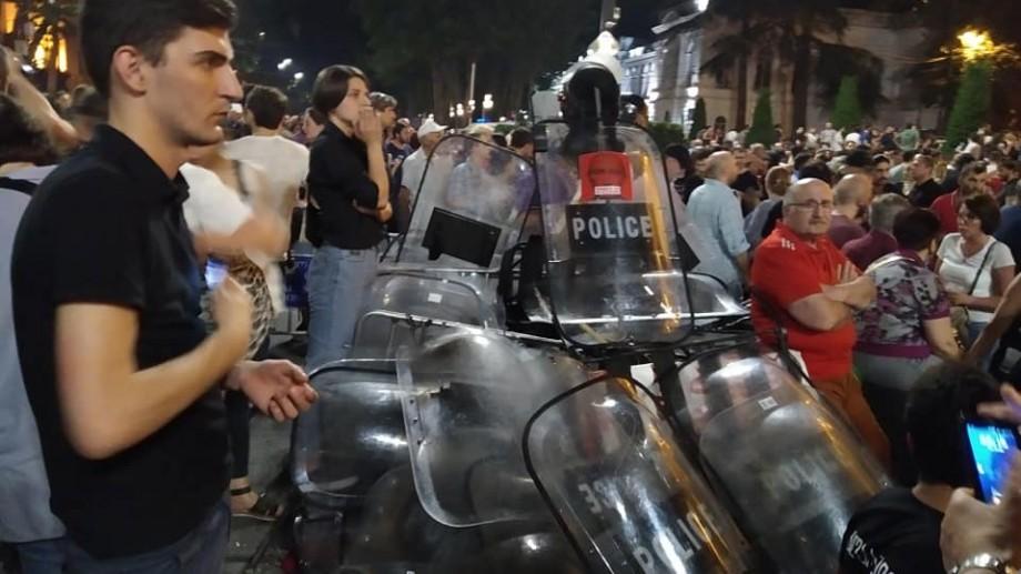 (video) Mii de georgieni protestează în fața Parlamentului din Tbilisi. Aceștia solicită organizarea alegerilor anticipate