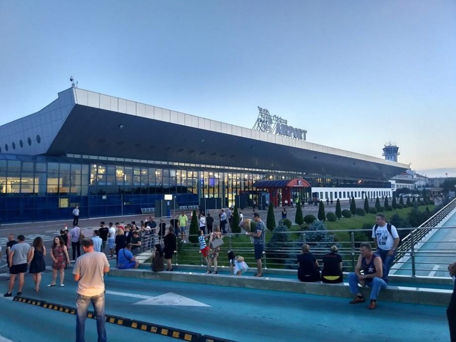 (foto) UPDATE Alertă cu bombă la Aeroportul Internațional Chișinău. Pasagerii de pe cursa Kiev sunt blocați în avion