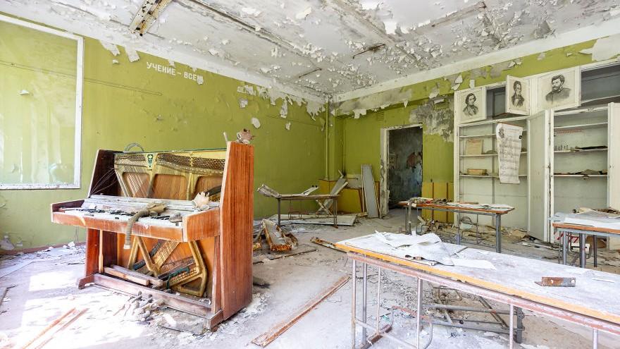 """(foto) """"Requiem for pianos"""". Un tânăr a fotografiat pianele din regiunea Cernobîlului"""