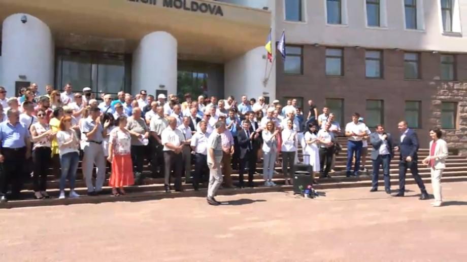 """(video) """"Curaj domnilor primari, consilieri și aleși locali"""". Mai multe autorități publice locale din Moldova anunță susținerea noului Guvern"""