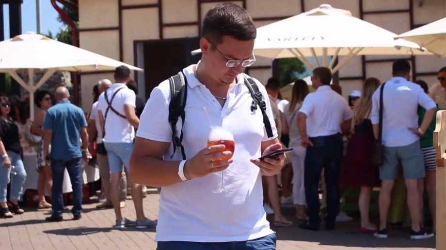 """(video) Festivalul """"Strawberry Day"""" de la Chateau Vartely a adunat oaspeți din toate colțurile lumii. Cum s-au distrat oamenii la acest eveniment"""