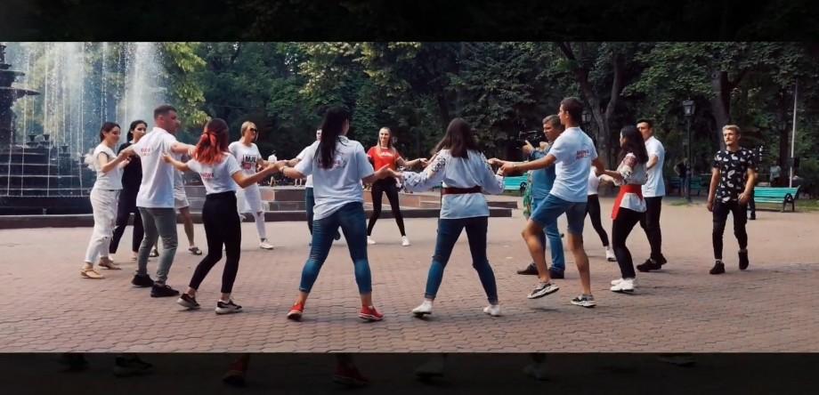 (video) Astăzi, la Chișinău, mai mulți tineri din Moldova și Ucraina au dansat pe ritmul celor mai populare dansuri moldovenești