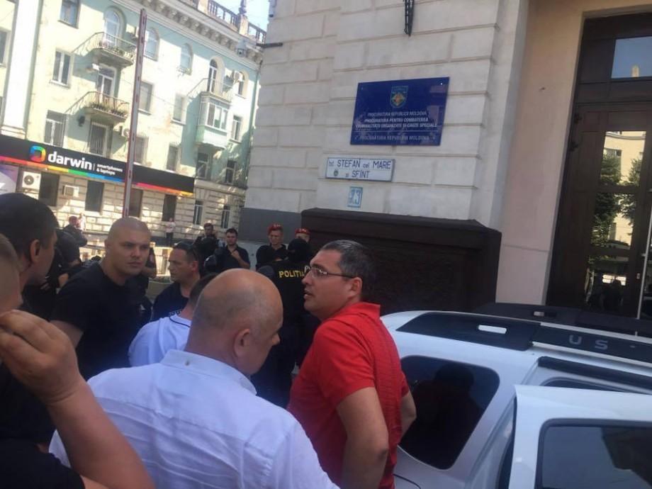 (video) UPDATE. Renato Usatîi a fost adus la Procuratura Generală