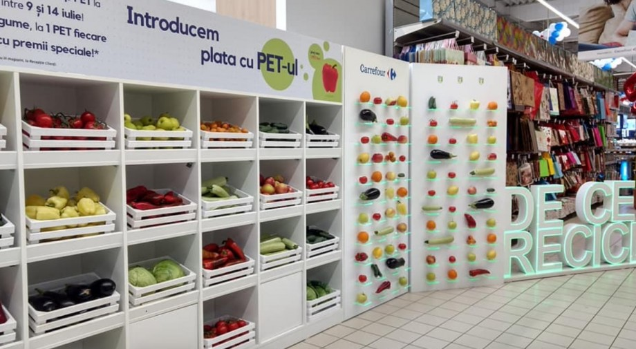 (foto) În schimbul ambalajelor de plastic, într-un magazin din România, cumpărătorii primesc fructe și legume gratuite