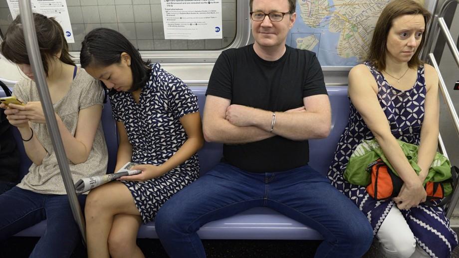 (foto) O designeră feministă a creat un scaun pentru a împiedica bărbații să-și desfacă prea mult picioarele în spațiul public