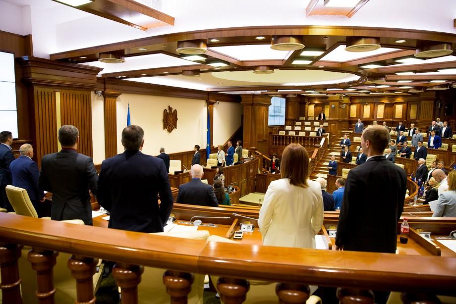 Deputații au făcut primul pas care să-i permită lui Dodon să instaleze un procuror general interimar