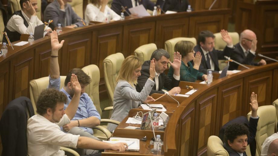 (video) Petițiile semnate online ar putea ajunge pe masa deputaților. Deputații PAS au prezentat o inițiativă legislativă