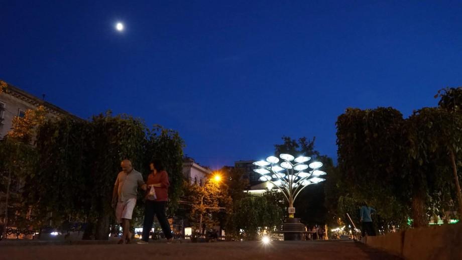 (foto) Cum arată arborele solar instalat pe bulevardul Grigore Vieru pe timp de noapte