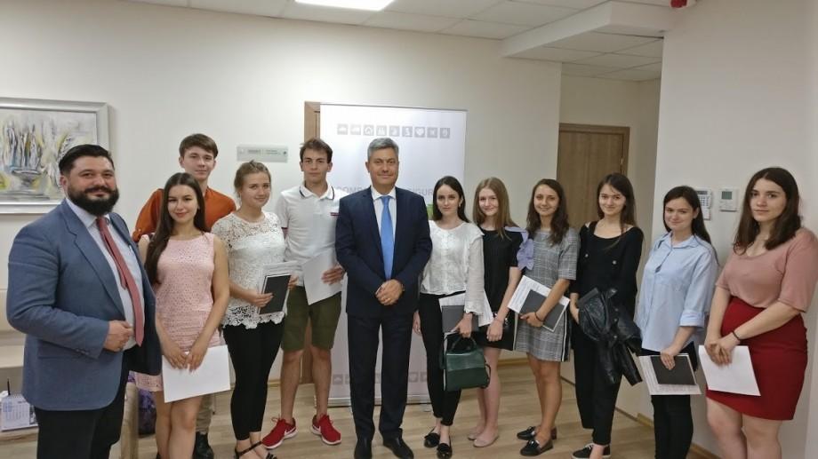 (foto) Elevii care au media 10 la BAC au fost premiați cu o poliță de asigurare de către DONARIS VIENNA INSURANCE GROUP