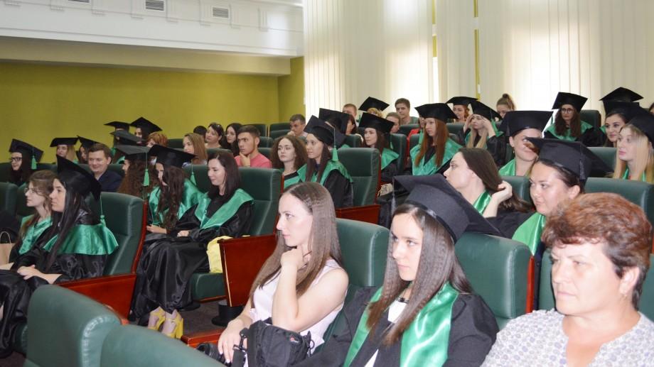 (foto) Absolvenții Facultății de Limbi și Literaturi Străine a USM, au primit diplomele de obsolvire