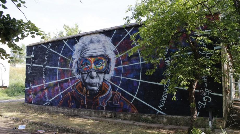(foto) Pereții centrului de tineret din Comrat, transformați în opere de artă. Un tânăr artist a realizat o pictură murală cu chipul lui Einstein