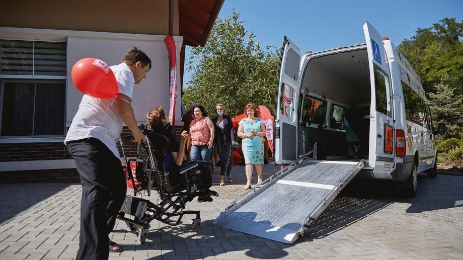 (foto) În confort și siguranță. Kaufland oferă copiilor de la Casa Comunitară Chișinău un microbuz adaptat