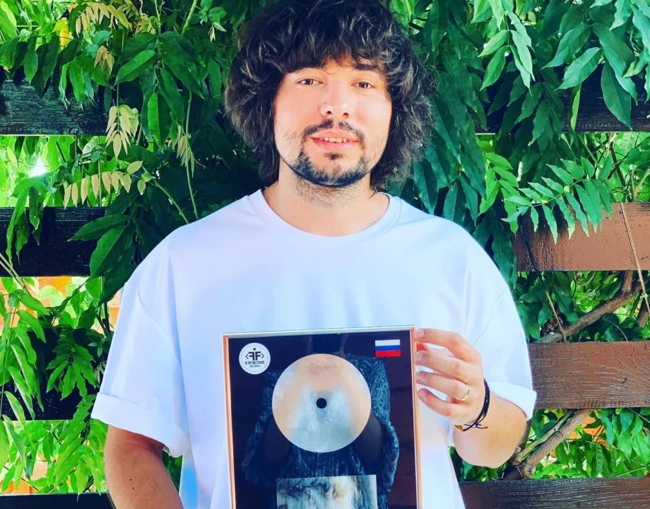 """(foto, video) Un DJ din Moldova a obținut disc de platină în Rusia și CIS pentru piesa """"Tell Me Who"""""""
