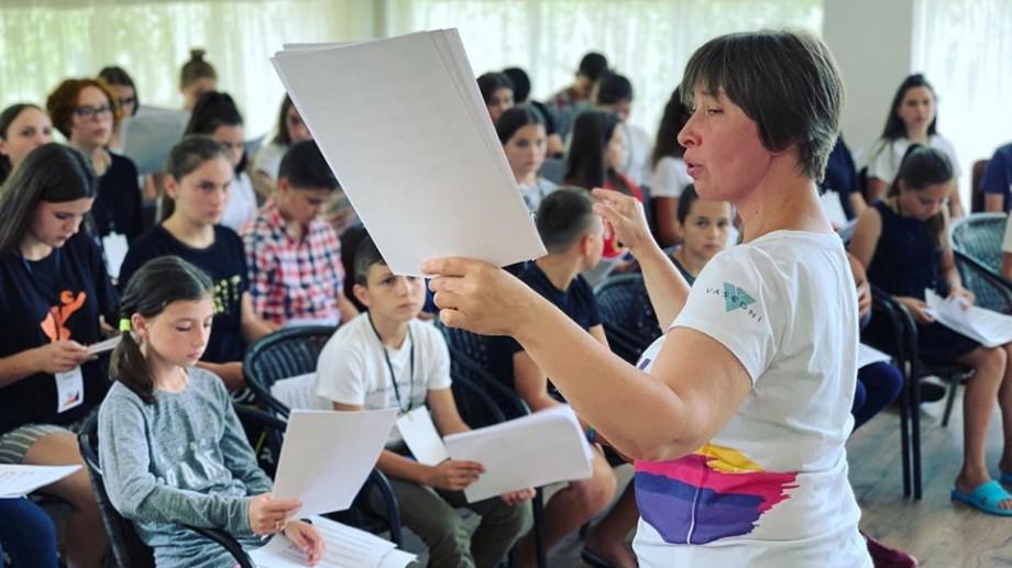 (foto) Voce, străduință și muncă în echipă. Cunoaște cine stă în stă în spatele a 130 de copii din cadrul proiectului La La Play Voices
