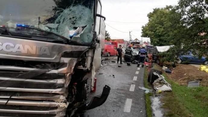 Un microbuz cu opt moldoveni a fost implicat într-un accident în România. Două persoane au decedat pe loc