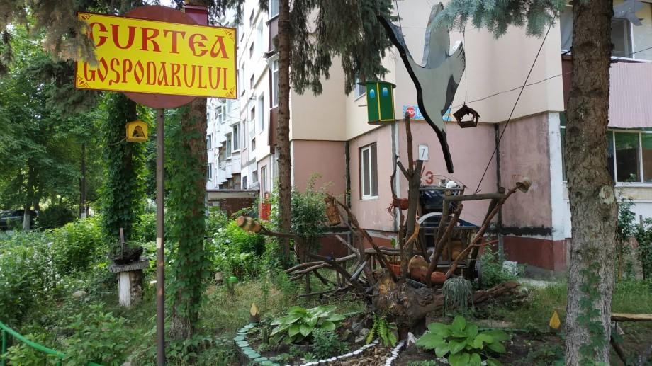 (foto) Curți din Chișinău. Descoperă podul, fântâna și căruța din ograda unui bloc locativ din sectorul Rîșcani