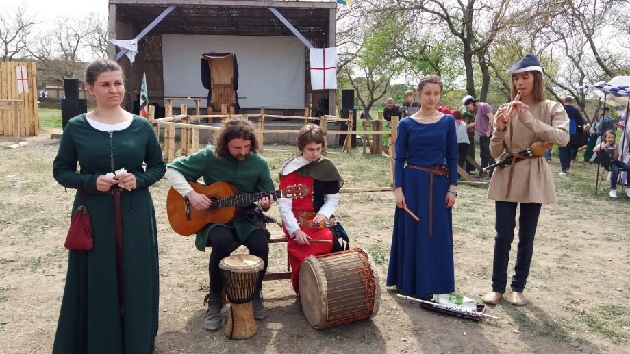 """(foto) Descoperă stilul de viață medieval în secolul XXI-lea. Vino la Festivalul """"Taurul Negru de Cărbuna"""""""