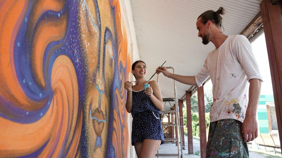 (foto) Mai multe raze de căldură și cultură. Ce semnifică noua pictură murală a artistului Radu Dumbravă