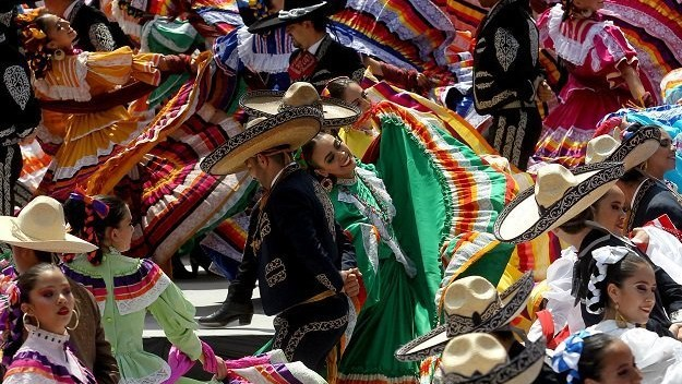 """(video) Unde joacă """"mexicanii"""" acolo pământul geme. În orașul Guadalajara a fost înregistrat cel mare dans folcloric"""