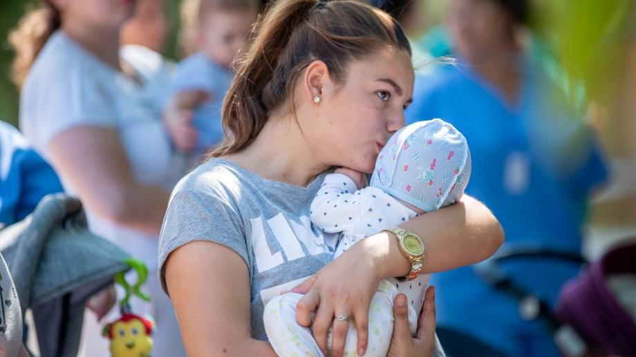 """(foto) Caravana """"Susținem părinții, încurajăm alăptarea!"""" a ajuns la Cahul și Comrat. """"Nu praf, ci laptele matern"""""""