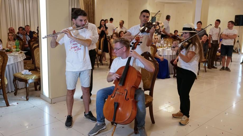 (foto, video) Crash a wedding. Muzicienii din La La Play au făcut chef și voie bună la o nuntă