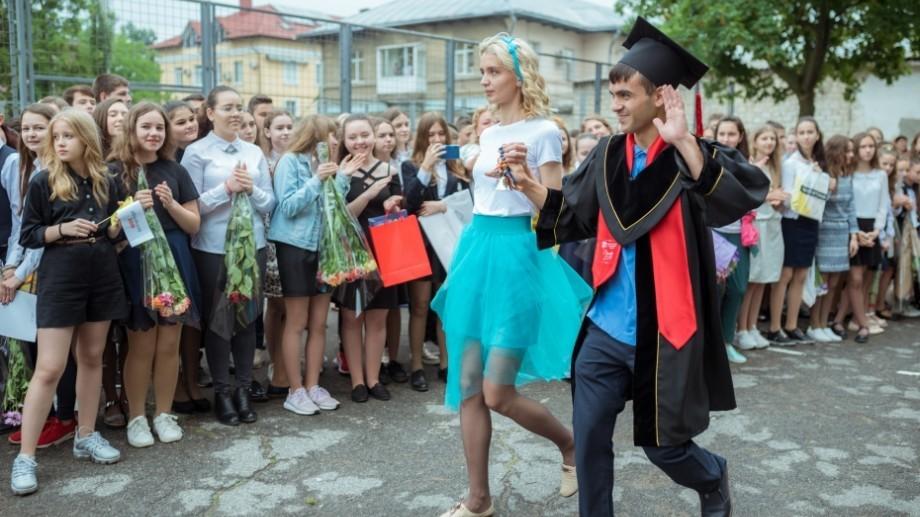 """""""Numărul de elevi care pleacă peste hotare a atins cote alarmante"""". Școlile din Chișinău, în ultimii 11 ani, au pierdut peste 17 mii de elevi"""