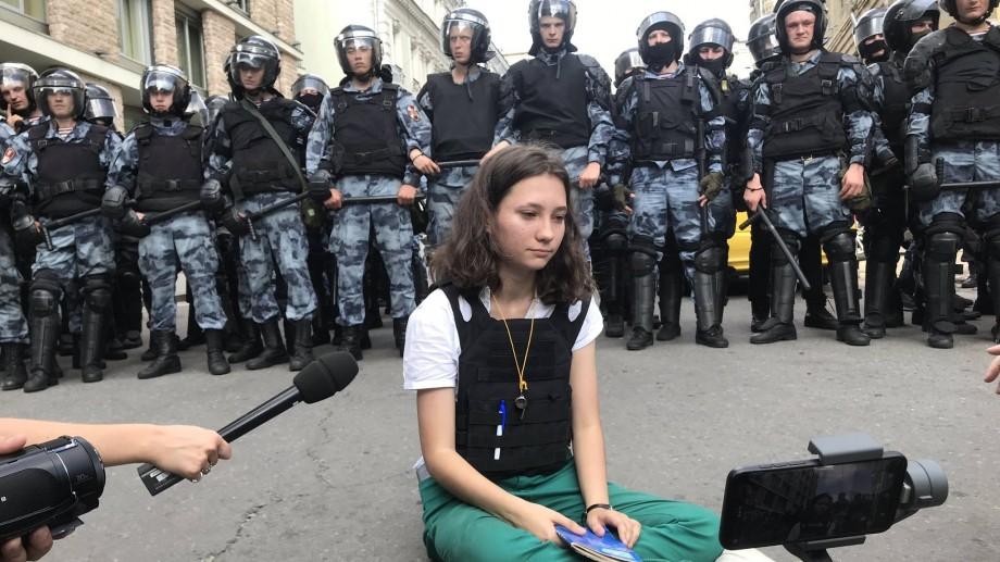 O adolescentă de 17 ani a citit Constituția în fața poliției înarmate din Rusia, iar a doua zi a fost reținută