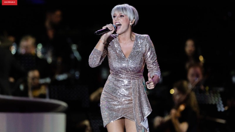 """(video) """"A fost o mândrie să cânt în română"""". Eliza G din Italia a câștigat marele trofeu al festivalului Cerbul de Aur 2019"""