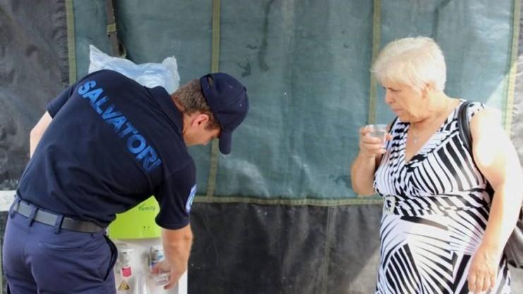 Timp de o zi, peste 3500 de oameni au beneficiat de apă rece la corturile anticaniculă instalate în toată țara