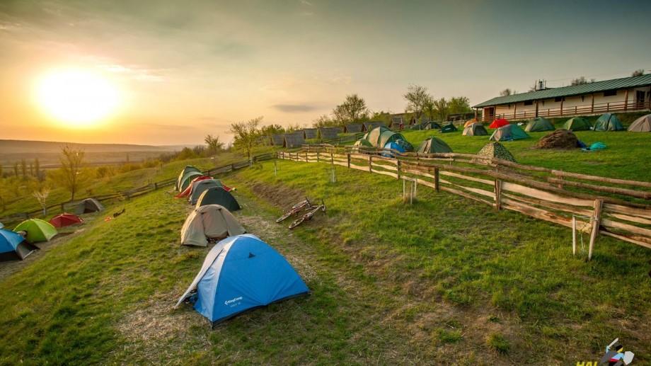 """(foto) Frigărui, corturi, rug și mulți prieteni. Relaxați-vă corpul și sufletul la campingul """"Purcari Wine Run"""""""