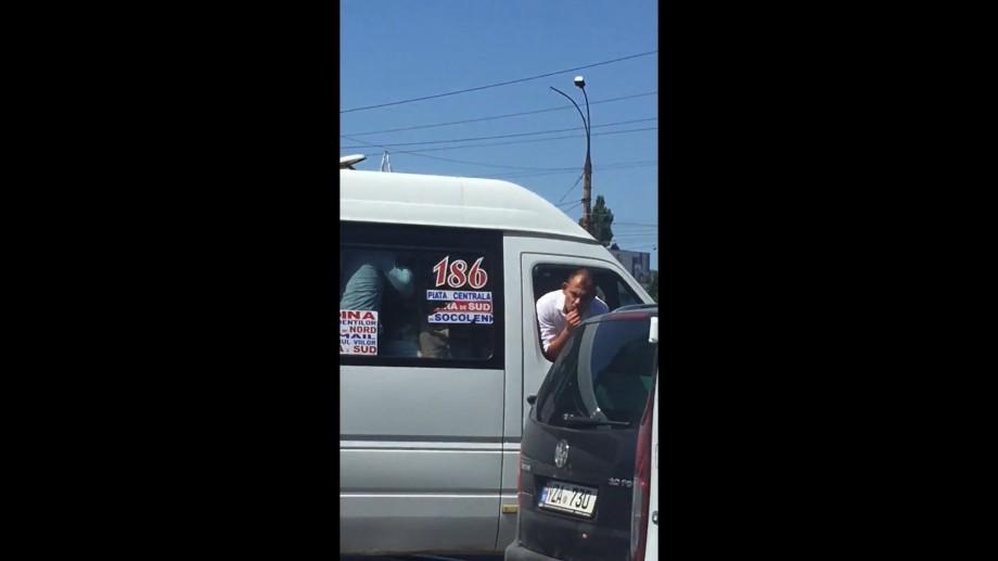 """(video) """"186, simte-te ca în cabriolet"""". Un bărbat din Chișinău a călătorit în microbuz cu capul afară"""