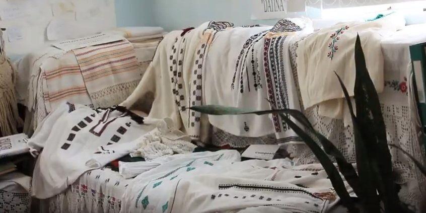 (video) Tradiții din străbuni. Cum se coase o ie în satul Molovata Nouă