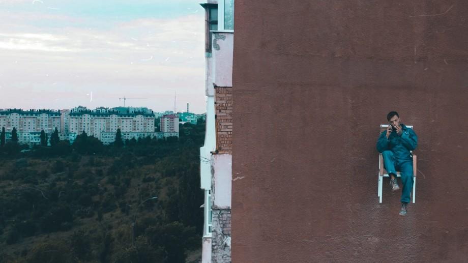 """Este chemat și la poliție! Cine este tânărul care ieri a stat pe """"scaunul izolării"""" de pe un perete din Chișinău"""