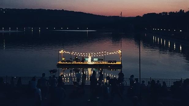 (foto) Cum se vede pe rețelele de socializare concertul de pe apa lacului de la Valea Morilor