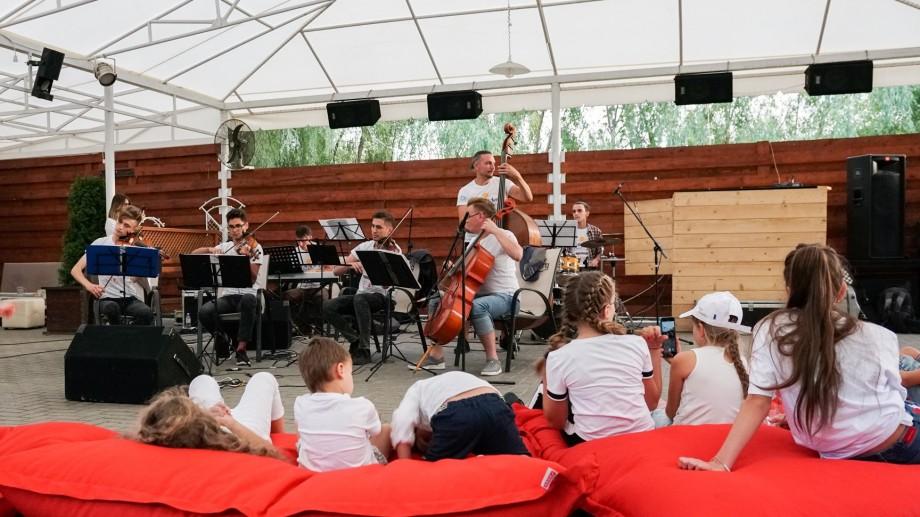 (foto) Tinerii din La La Play 2019, au cântat pentru vecinii din satul Budești. Cum s-a desfășurat cel de-al șaptelea concert din turneu