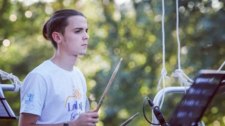 (foto) Descoperă tinerii din La La Play 2019. Toboșarul Max Nacioglo, tânărul care este în echilibru cu muzica, pictura și versurile