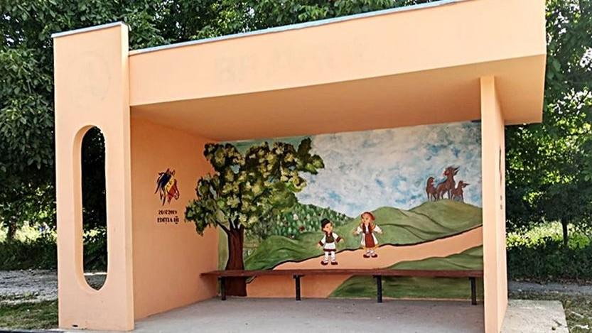 """""""Veșnicia s-a născut la sat"""". Cum a fost pictată o stație de așteptare din satul Bravicea"""
