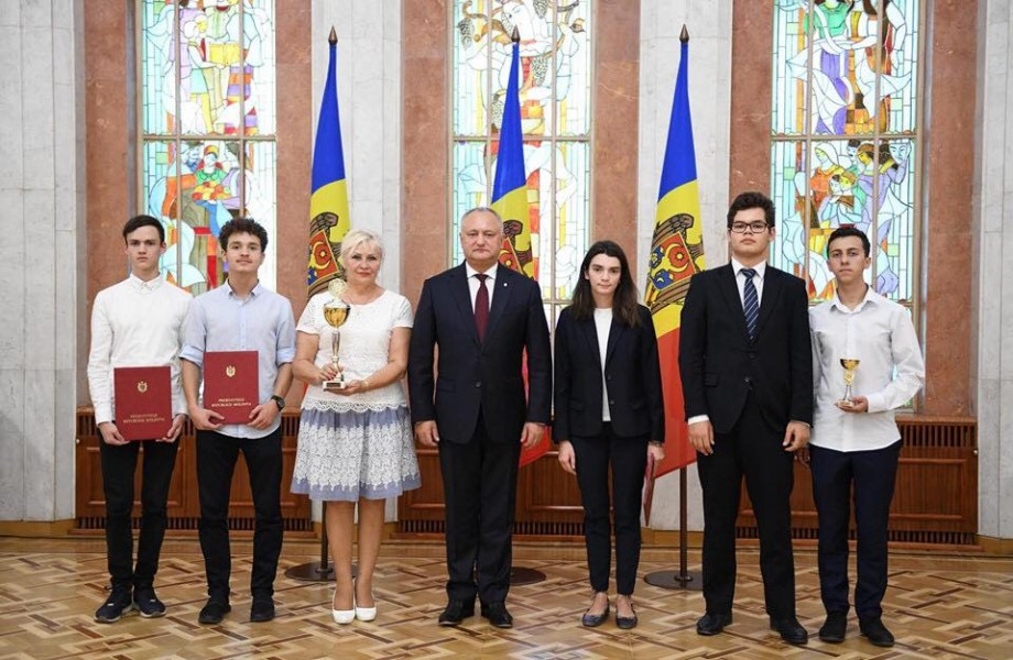"""Elevii din Moldova care s-au remarcat la """"Olimpiada Megapolis"""" din Rusia au fost remunerați de președinte. Ce distincții au primit aceștia"""