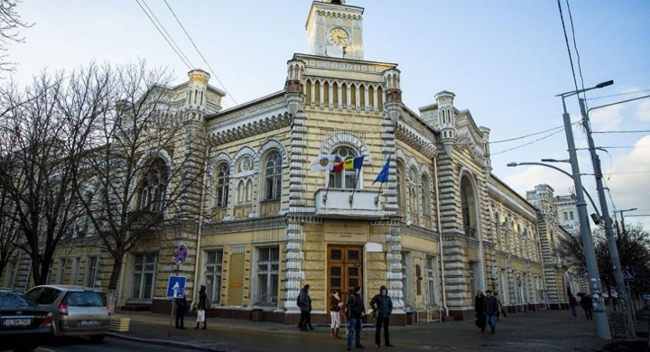 Zece persoane riscă pedepse cu închisoarea de până la 10 ani. Ofițerii SPIA și SIS au descins astăzi la Primăria municipiului Chișinău