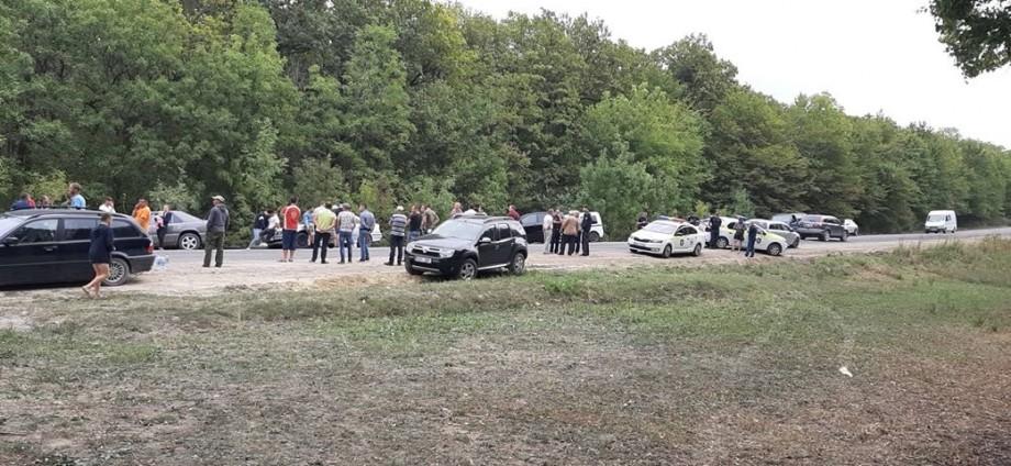 (foto) Zeci de șoferi au blocat traseul Călărași-Orhei. Automobiliștii protestează împotriva drumului de proastă calitate