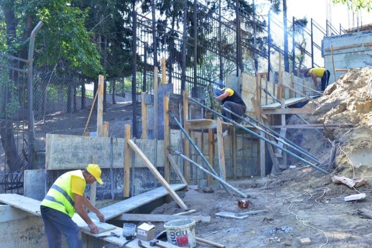 (foto) Urșii de la Grădina Zoologică din Capitală, în curând, se vor muta la casă nouă. La ce etapă sunt lucrările de construcție a volierei